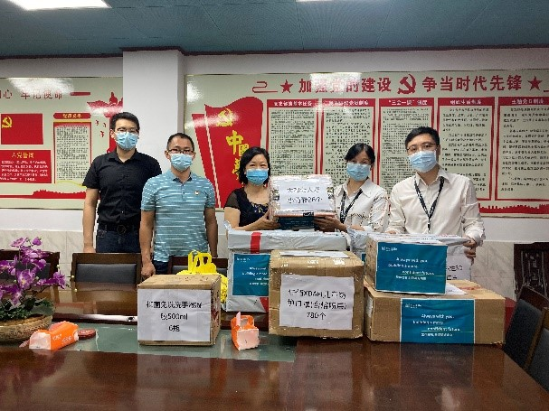 MetLife China Volunteers providing medical supplies to local community centers